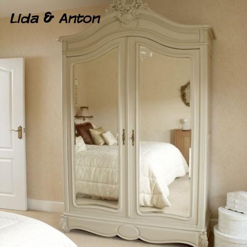 Большой шкаф с зеркалом