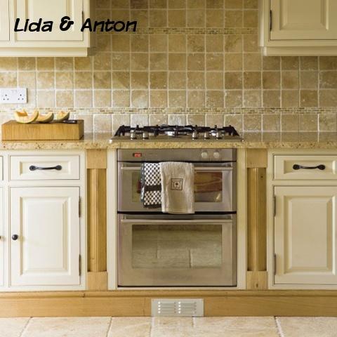 Традиционная кухня в кремовом оттенке с газовой варочной поверхностью