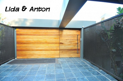 Гараж из бетона с деревянными воротами