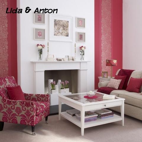 Красные стены и кресло