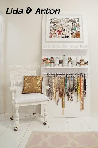 Полочки для бижутерии в гардеробном шкафу, вариант со стулом