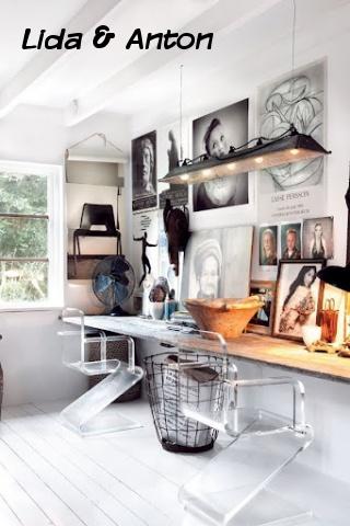 Современные стили интерьеров, например, хай-тек, позволяют использовать фото без рамок. Они выглядят как крупные постеры или картины на холсте, хаотично размещённые на стене.