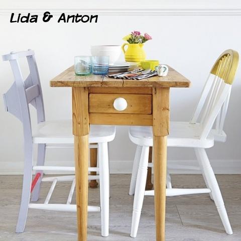 Маленький стол на двоих. Можно есть один стейк на двоих ;)