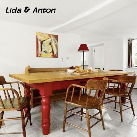 Традиционная дубовая мебель. Стол с красным низом