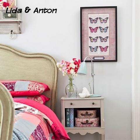 Простая тумбочка идеально подходит для укладки предметов первой необходимости в вашей спальне. А если эти предметы предварительно положить в коробочку или чемодан?