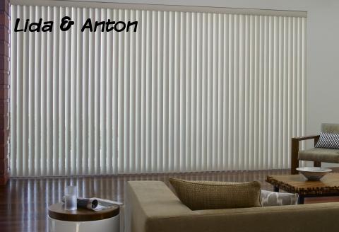 Вертикальные жалюзи в гостиной
