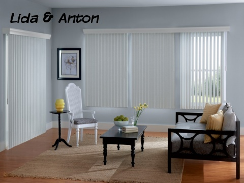 Тканевые белые вертикальные жалюзи в гостиной