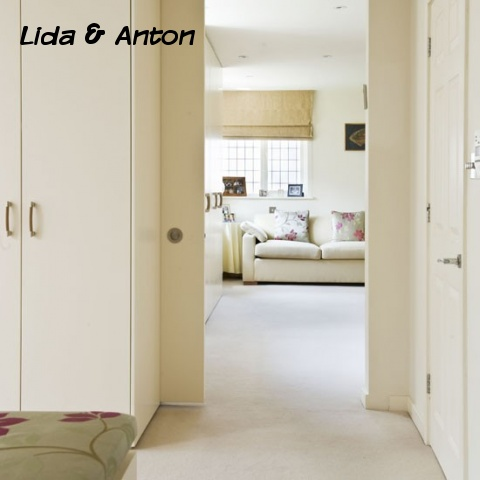 Вид из гардеробной на спальню