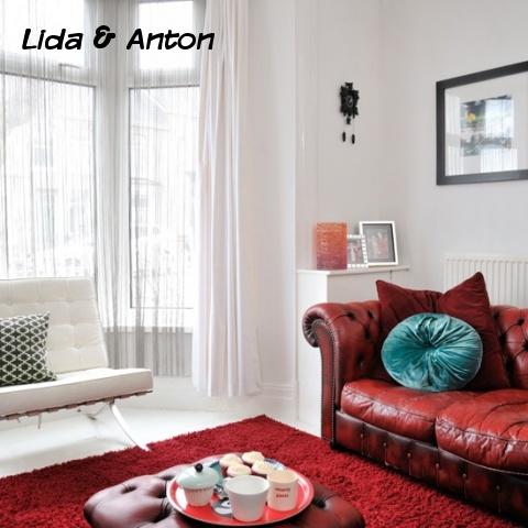Красный ковер и диван