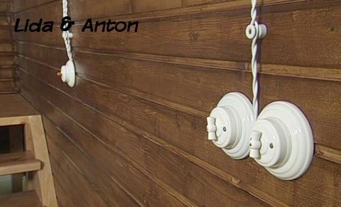 ретро выключатели на деревянной стене
